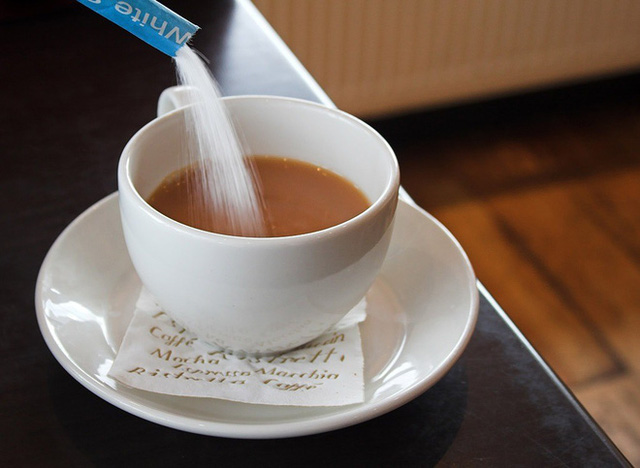 Vì sao không nên pha cà phê với sữa đặc, đường trắng? Top 5 nguyên liệu pha cà phê hại sức khỏe nhất - Ảnh 1.