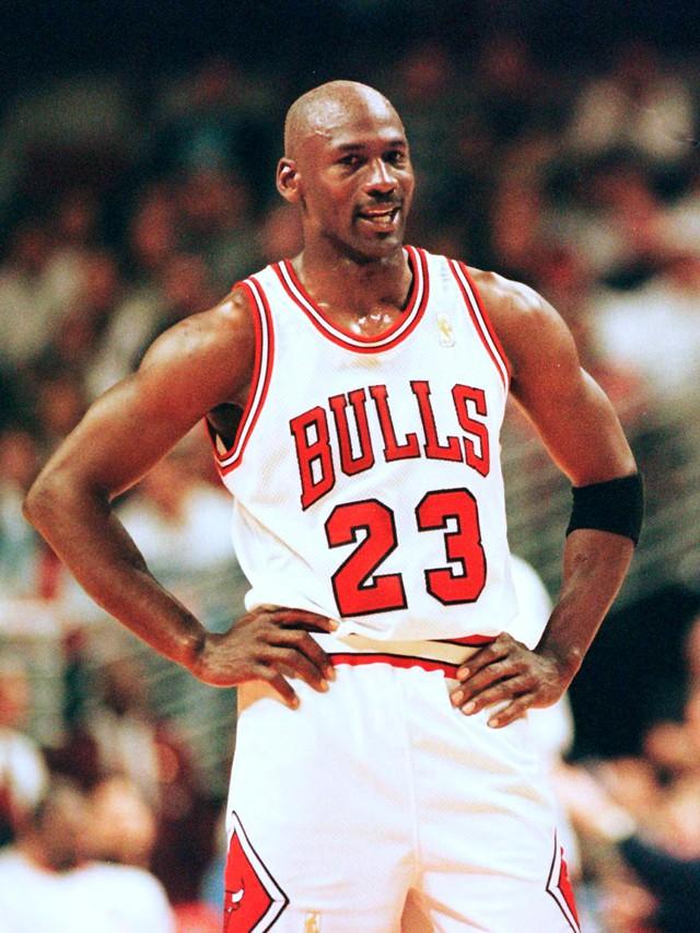 Michael Jordan, từ một cậu bé bị chê thấp bé ở đội bóng trường trung học cho tới niềm tự hào của bóng rổ Mỹ: dù cuộc sống có khiến tôi gục ngã 100 lần, tôi vẫn sẽ đứng lên ở lần thứ 101 - Ảnh 2.