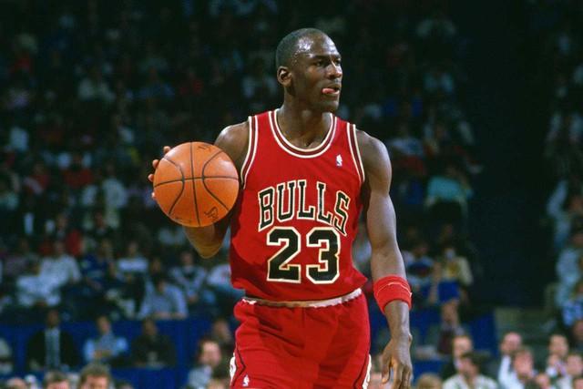 Michael Jordan, từ một cậu bé bị chê thấp bé ở đội bóng trường trung học cho tới niềm tự hào của bóng rổ Mỹ: dù cuộc sống có khiến tôi gục ngã 100 lần, tôi vẫn sẽ đứng lên ở lần thứ 101 - Ảnh 1.