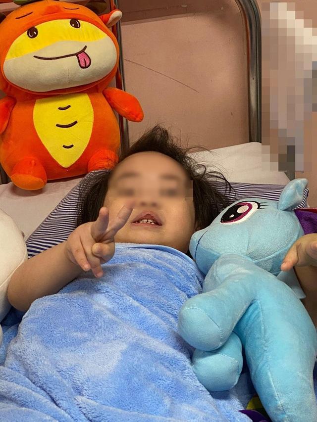 Bé gái 3 tuổi ngã từ tầng 12 chung cư ở Hà Nội dự kiến được xuất viện vào ngày mai - Ảnh 1.