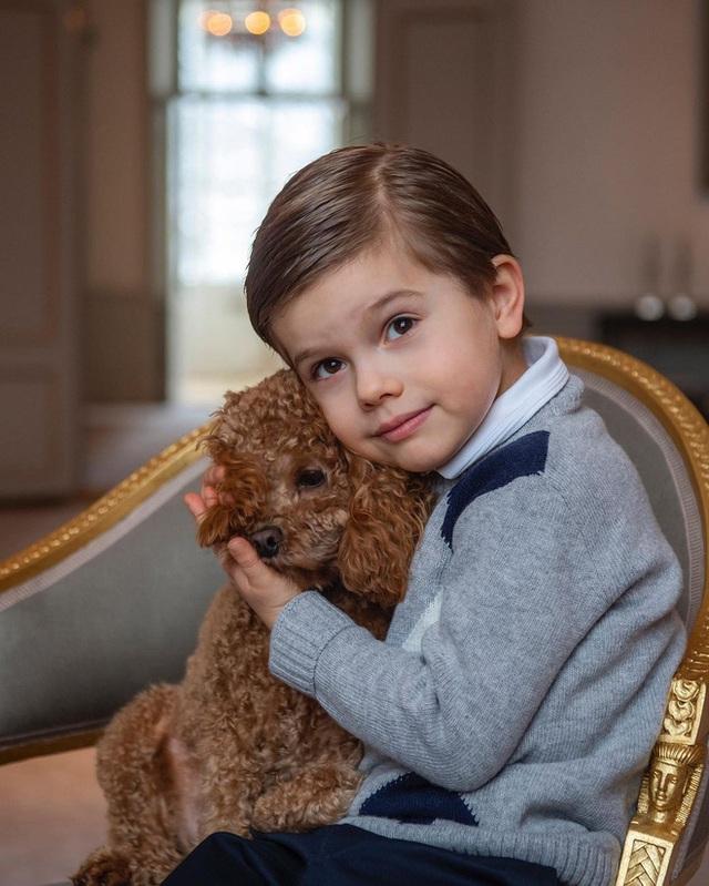 Hoàng gia Thụy Điển chia sẻ hình ảnh dịp sinh nhật 5 tuổi con trai Thái tử, ai cũng phải xuýt xoa vì thần thái hơn người của những đứa trẻ kế vị - Ảnh 3.