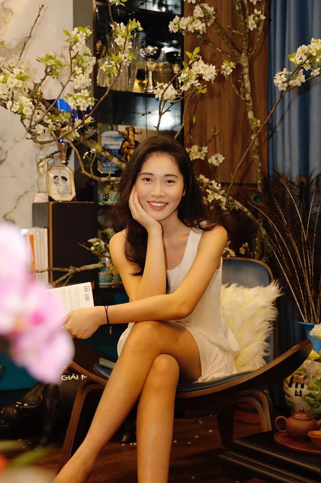 Bà xã Shark Hưng xinh đẹp mơ màng bên hoa lê đón ngày 8/3, nhưng câu chốt của vị tổng tài U50 mới khiến dân tình phát sốt - Ảnh 1.