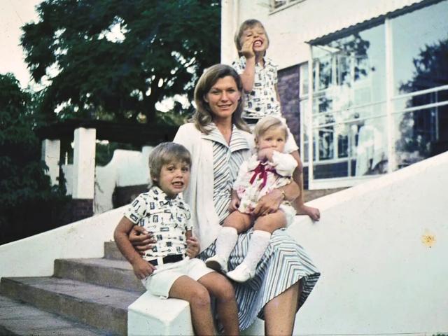 Maye Musk: Người mẹ đơn thân nuôi dạy nên 1 tỷ phú và 2 triệu phú đôla - Ảnh 3.