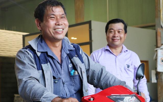 Gây va chạm nhưng không bị bắt đền, còn được chủ Mercedes tặng xe máy mới, người đàn ông nghèo khổ từ lo lắng đến biết ơn - Ảnh 3.