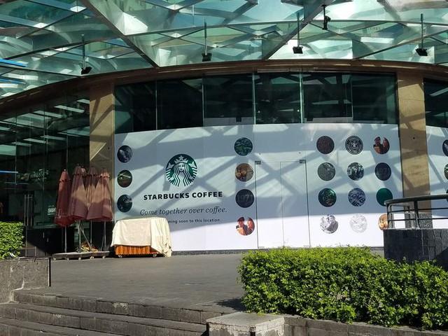 Covid-19 khiến Starbucks chú trọng nguồn khách nội nhiều hơn, đặt cửa hàng tại các quận mới thay vì co cụm quận trung tâm - Ảnh 1.
