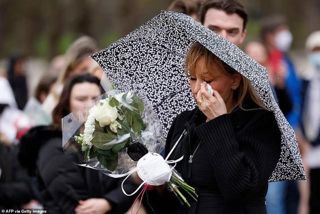 Một ngày sau khi Hoàng tế Philip qua đời, Nữ hoàng Anh có động thái đầu tiên khiến nhiều người rơi nước mắt - Ảnh 7.