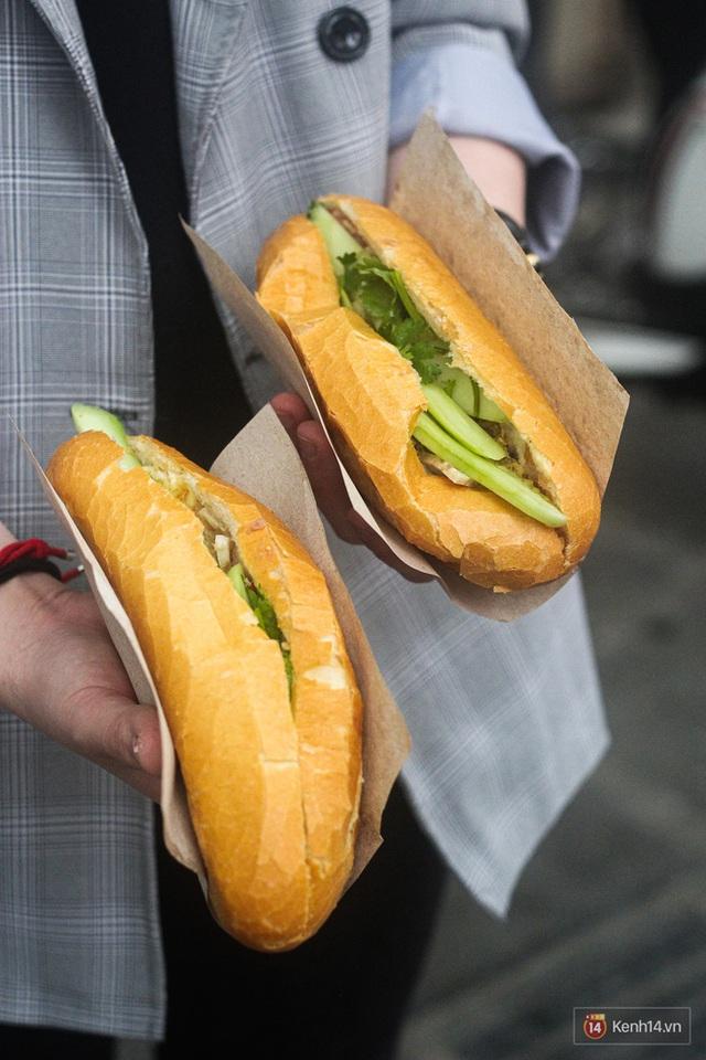 Hàng bánh mì kiêu chảnh nhất Hà Nội nhưng khách xếp hàng nườm nượp: Có gì mà hot quá vậy? - Ảnh 1.