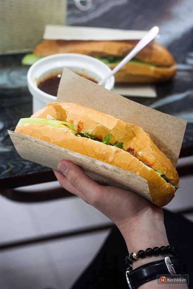 Hàng bánh mì kiêu chảnh nhất Hà Nội nhưng khách xếp hàng nườm nượp: Có gì mà hot quá vậy? - Ảnh 2.
