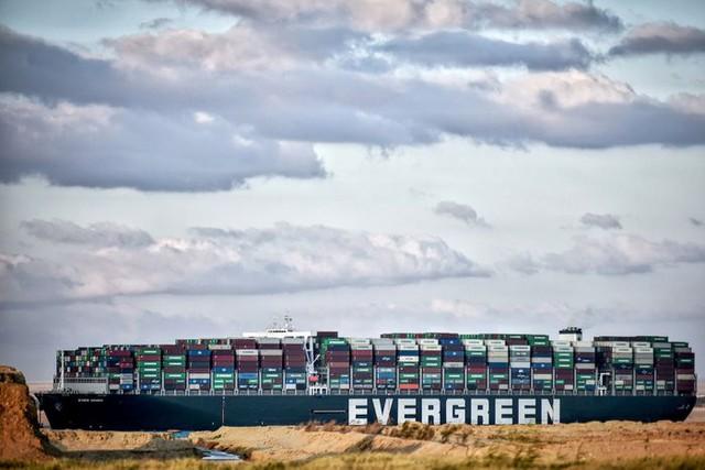 Tàu Ever Given vẫn đang mắc kẹt tại kênh đào Suez - Ảnh 1.