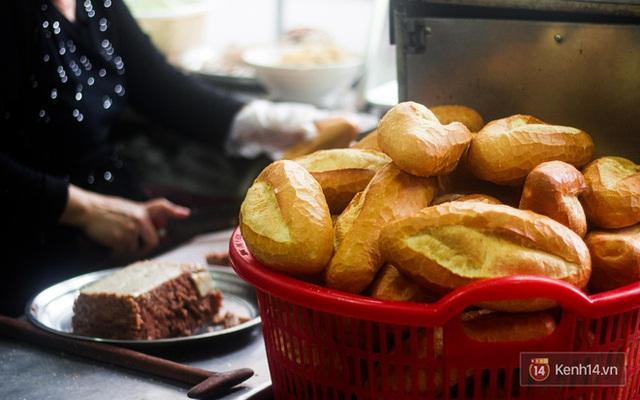Hàng bánh mì kiêu chảnh nhất Hà Nội nhưng khách xếp hàng nườm nượp: Có gì mà hot quá vậy? - Ảnh 9.