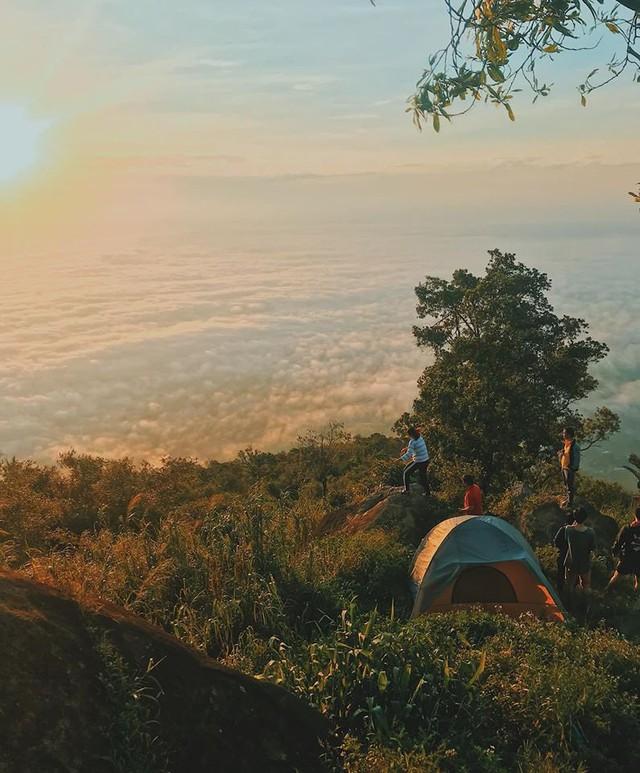 Nếu muốn thử Camping mà chưa biết chọn nơi nào để cắm lều thì đây là những địa điểm vừa hot lại đẹp từ Nam ra Bắc phải thử đến 1 lần - Ảnh 33.