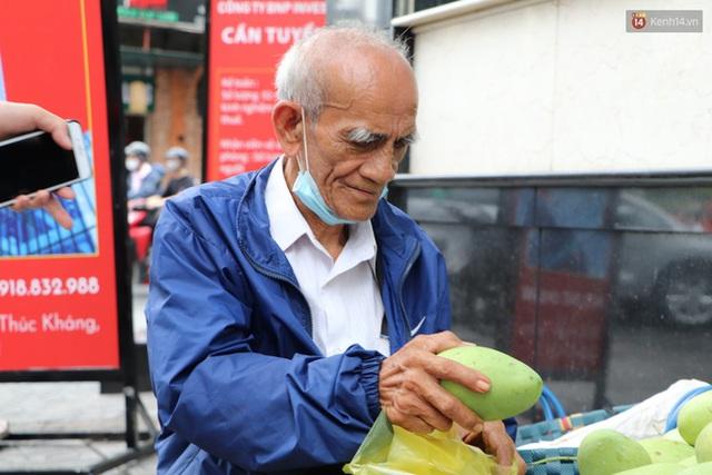 Đằng sau bức ảnh cụ ông bên đống trái cây ế là tấm lòng thơm thảo của người Sài Gòn: Ở đây người ta thương tui dữ lắm - Ảnh 11.