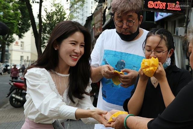 Đằng sau bức ảnh cụ ông bên đống trái cây ế là tấm lòng thơm thảo của người Sài Gòn: Ở đây người ta thương tui dữ lắm - Ảnh 12.