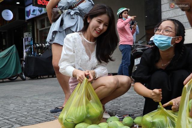 Đằng sau bức ảnh cụ ông bên đống trái cây ế là tấm lòng thơm thảo của người Sài Gòn: Ở đây người ta thương tui dữ lắm - Ảnh 13.