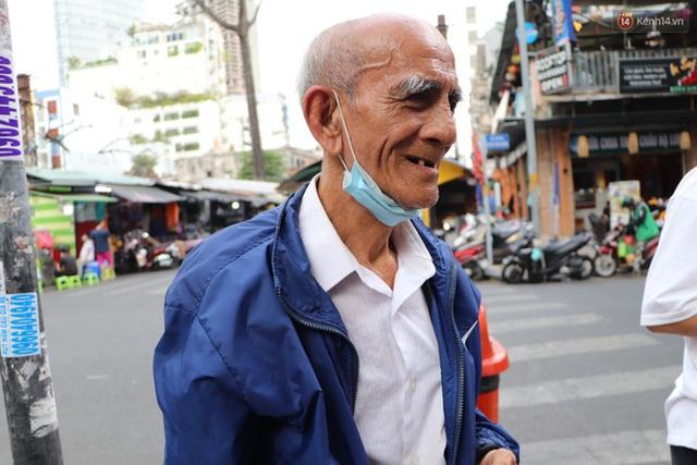 Đằng sau bức ảnh cụ ông bên đống trái cây ế là tấm lòng thơm thảo của người Sài Gòn: Ở đây người ta thương tui dữ lắm - Ảnh 17.