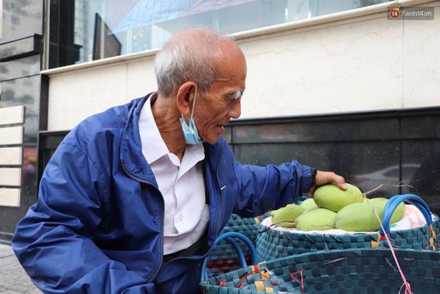 Đằng sau bức ảnh cụ ông bên đống trái cây ế là tấm lòng thơm thảo của người Sài Gòn: Ở đây người ta thương tui dữ lắm - Ảnh 5.