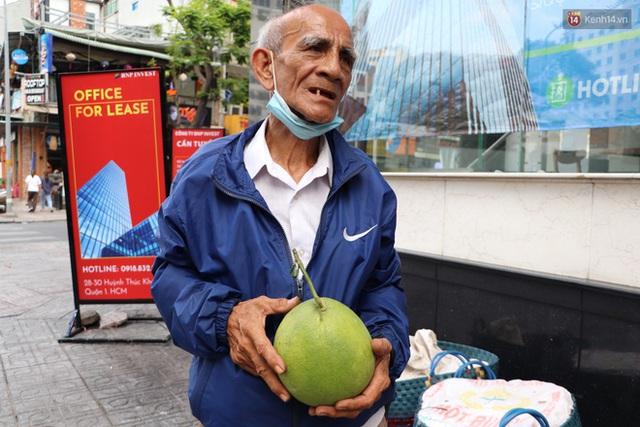 Đằng sau bức ảnh cụ ông bên đống trái cây ế là tấm lòng thơm thảo của người Sài Gòn: Ở đây người ta thương tui dữ lắm - Ảnh 8.