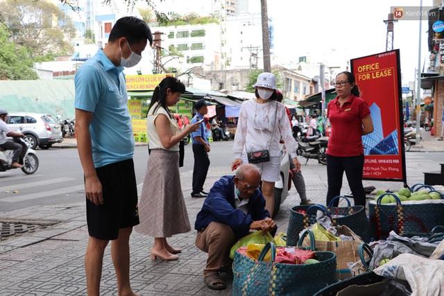 Đằng sau bức ảnh cụ ông bên đống trái cây ế là tấm lòng thơm thảo của người Sài Gòn: Ở đây người ta thương tui dữ lắm - Ảnh 9.