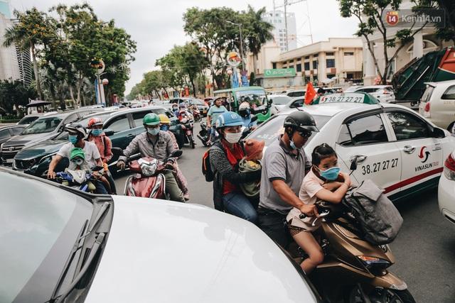 Ảnh: Biển người chật kín từ trong ra ngoài ở Thảo Cầm Viên Sài Gòn ngày giỗ Tổ Hùng Vương - Ảnh 1.