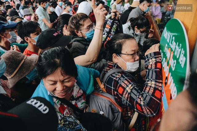 Ảnh: Biển người chật kín từ trong ra ngoài ở Thảo Cầm Viên Sài Gòn ngày giỗ Tổ Hùng Vương - Ảnh 2.