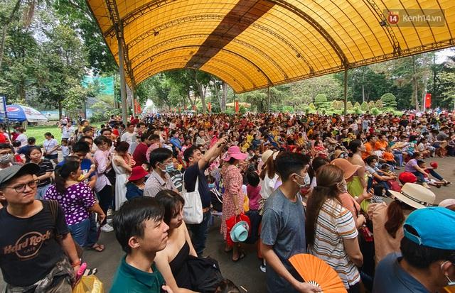 Ảnh: Biển người chật kín từ trong ra ngoài ở Thảo Cầm Viên Sài Gòn ngày giỗ Tổ Hùng Vương - Ảnh 5.