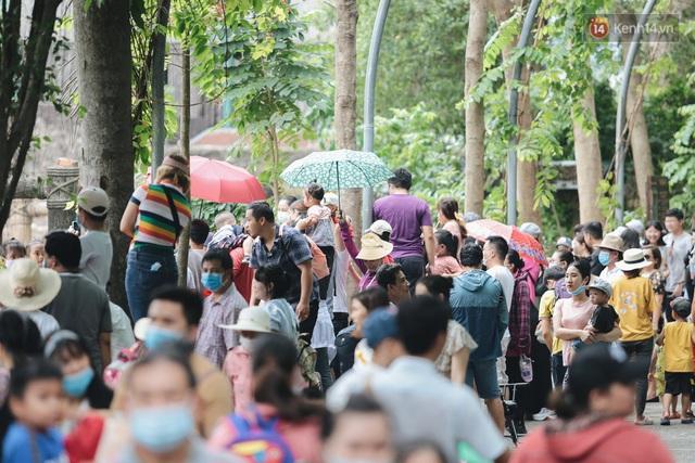 Ảnh: Biển người chật kín từ trong ra ngoài ở Thảo Cầm Viên Sài Gòn ngày giỗ Tổ Hùng Vương - Ảnh 8.