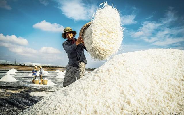 Hè mới lạ của giới trẻ: Trải nghiệm hương mặn mà với 4 cánh đồng muối cực đẹp ở miền Trung - Ảnh 6.