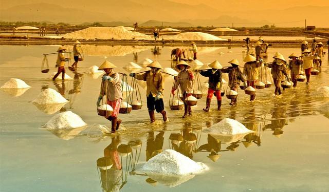 Hè mới lạ của giới trẻ: Trải nghiệm hương mặn mà với 4 cánh đồng muối cực đẹp ở miền Trung - Ảnh 1.