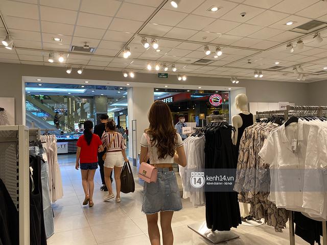 Loạt store H&M Việt Nam lúc này: Ở Hà Nội khá vắng vẻ, bị viết cả lời phản đối lên poster; TP.HCM vẫn đông đúc - Ảnh 13.