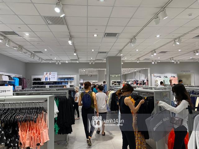 Loạt store H&M Việt Nam lúc này: Ở Hà Nội khá vắng vẻ, bị viết cả lời phản đối lên poster; TP.HCM vẫn đông đúc - Ảnh 15.