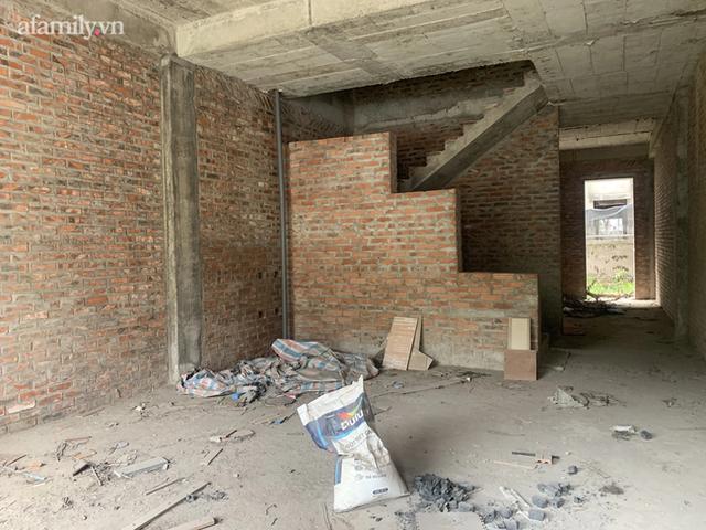 Cận cảnh khu biệt thự ma ở Hà Nội: Xuống cấp trầm trọng sau 10 năm bỏ hoang nhưng vẫn hét giá trên trời, đứng trước nguy cơ thu hồi vì CĐT nợ thuế nghìn tỷ - Ảnh 3.