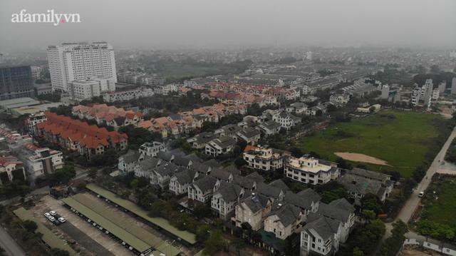 Cận cảnh khu biệt thự ma ở Hà Nội: Xuống cấp trầm trọng sau 10 năm bỏ hoang nhưng vẫn hét giá trên trời, đứng trước nguy cơ thu hồi vì CĐT nợ thuế nghìn tỷ - Ảnh 14.