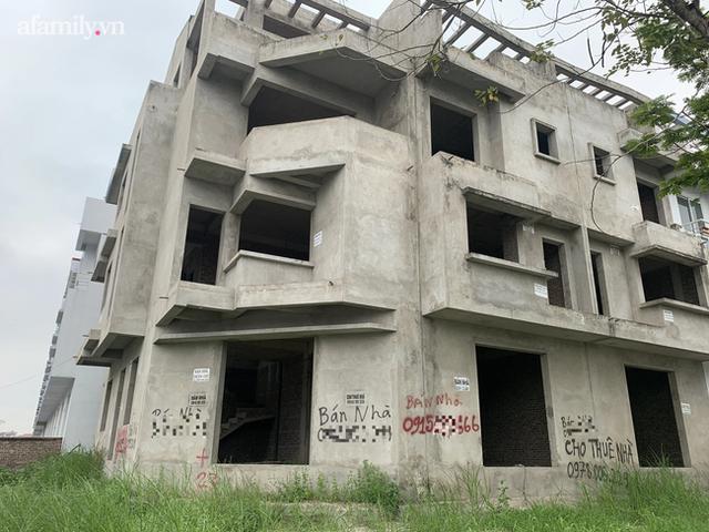 Cận cảnh khu biệt thự ma ở Hà Nội: Xuống cấp trầm trọng sau 10 năm bỏ hoang nhưng vẫn hét giá trên trời, đứng trước nguy cơ thu hồi vì CĐT nợ thuế nghìn tỷ - Ảnh 4.