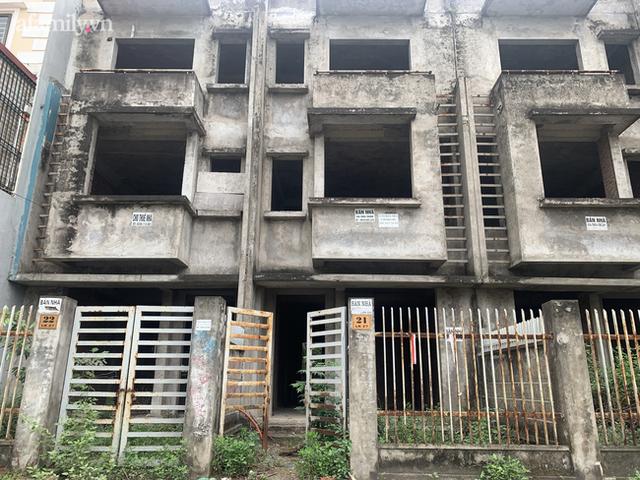 Cận cảnh khu biệt thự ma ở Hà Nội: Xuống cấp trầm trọng sau 10 năm bỏ hoang nhưng vẫn hét giá trên trời, đứng trước nguy cơ thu hồi vì CĐT nợ thuế nghìn tỷ - Ảnh 6.