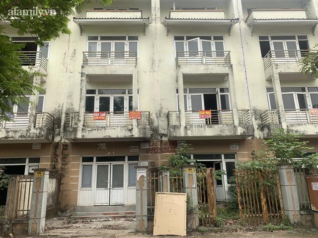 Cận cảnh khu biệt thự ma ở Hà Nội: Xuống cấp trầm trọng sau 10 năm bỏ hoang nhưng vẫn hét giá trên trời, đứng trước nguy cơ thu hồi vì CĐT nợ thuế nghìn tỷ - Ảnh 8.