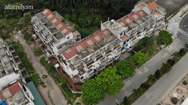 Cận cảnh khu biệt thự ma ở Hà Nội: Xuống cấp trầm trọng sau 10 năm bỏ hoang nhưng vẫn hét giá trên trời, đứng trước nguy cơ thu hồi vì CĐT nợ thuế nghìn tỷ - Ảnh 10.