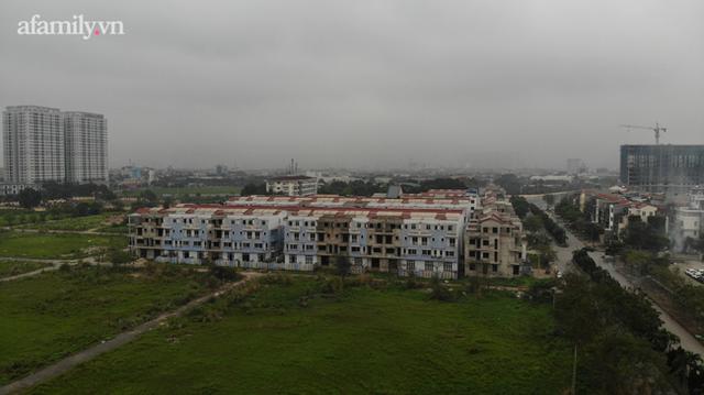 Cận cảnh khu biệt thự ma ở Hà Nội: Xuống cấp trầm trọng sau 10 năm bỏ hoang nhưng vẫn hét giá trên trời, đứng trước nguy cơ thu hồi vì CĐT nợ thuế nghìn tỷ - Ảnh 11.