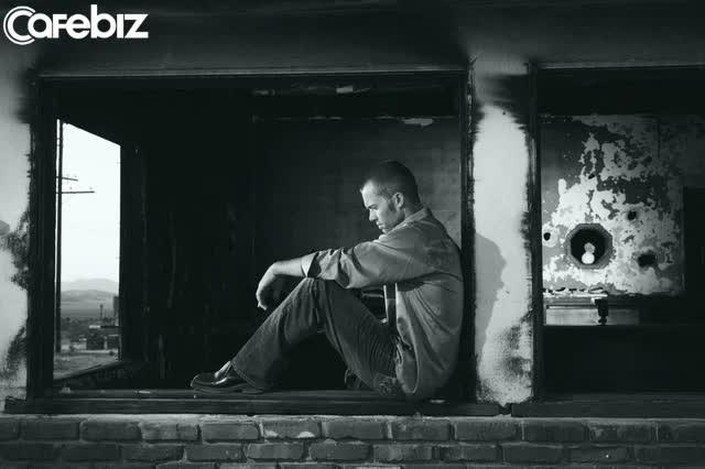 Nỗi buồn của đàn ông: Có những người bằng tuổi hoặc nhỏ hơn mình NHƯNG giỏi giang và kiếm tiền nhiều hơn mình!  - Ảnh 1.