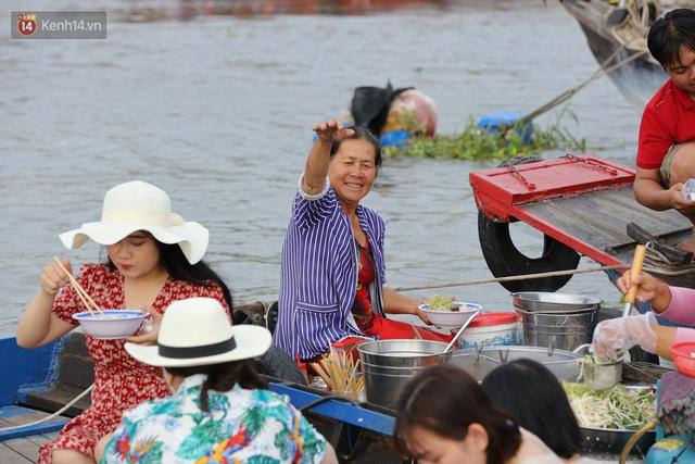 Về chợ nổi Cái Răng ăn bún di động trên sông, vừa được karaoke khuyến mãi: Hát hay hơn chủ là khỏi trả tiền - Ảnh 1.