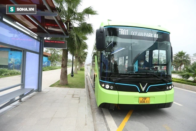 Xe buýt điện VinBus chính thức lăn bánh: Người dân hào hứng đi thử - Ảnh 1.