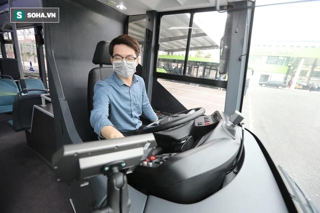 Xe buýt điện VinBus chính thức lăn bánh: Người dân hào hứng đi thử - Ảnh 2.