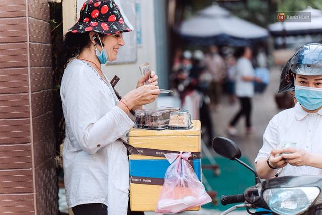 Ảnh, clip: Gặp cô Tây xinh đẹp bán bánh kem dạo mưu sinh trên đường phố Sài Gòn - Ảnh 11.