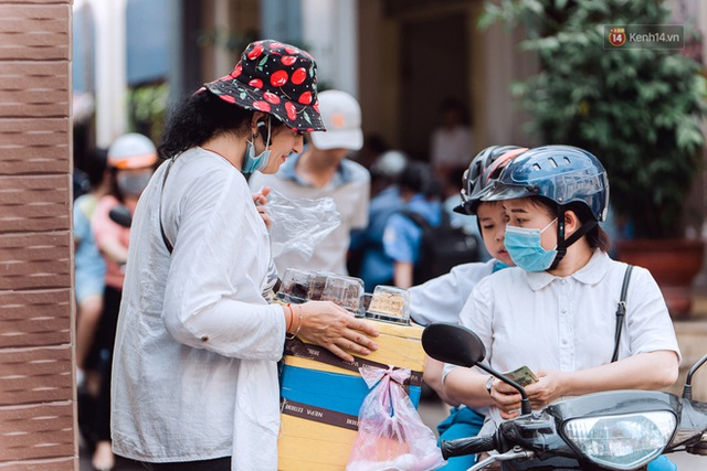 Ảnh, clip: Gặp cô Tây xinh đẹp bán bánh kem dạo mưu sinh trên đường phố Sài Gòn - Ảnh 12.