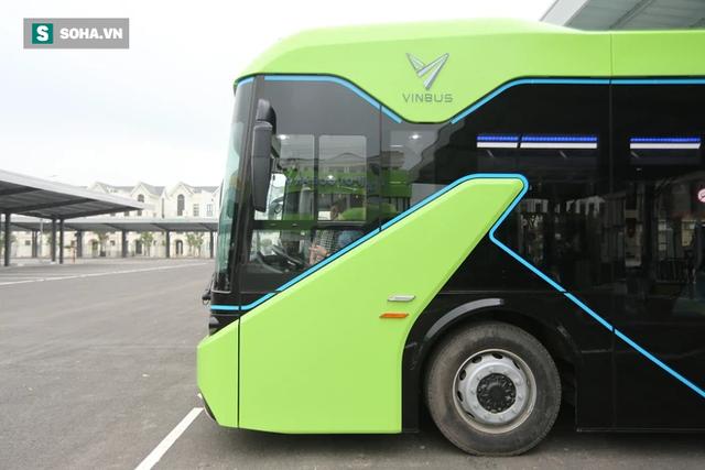 Xe buýt điện VinBus chính thức lăn bánh: Người dân hào hứng đi thử - Ảnh 13.