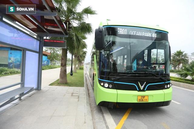 Xe buýt điện VinBus chính thức lăn bánh: Người dân hào hứng đi thử - Ảnh 14.