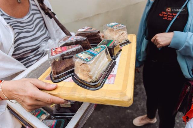Ảnh, clip: Gặp cô Tây xinh đẹp bán bánh kem dạo mưu sinh trên đường phố Sài Gòn - Ảnh 15.
