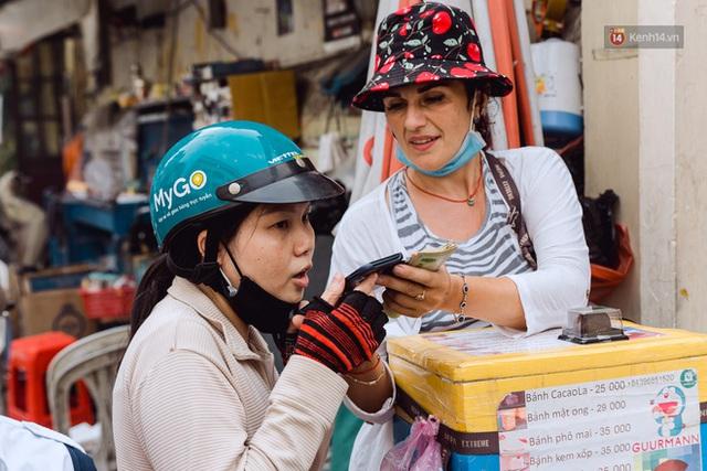 Ảnh, clip: Gặp cô Tây xinh đẹp bán bánh kem dạo mưu sinh trên đường phố Sài Gòn - Ảnh 19.