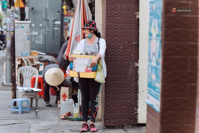 Ảnh, clip: Gặp cô Tây xinh đẹp bán bánh kem dạo mưu sinh trên đường phố Sài Gòn - Ảnh 3.