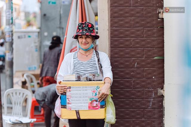 Ảnh, clip: Gặp cô Tây xinh đẹp bán bánh kem dạo mưu sinh trên đường phố Sài Gòn - Ảnh 4.
