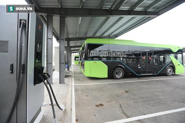 Xe buýt điện VinBus chính thức lăn bánh: Người dân hào hứng đi thử - Ảnh 7.